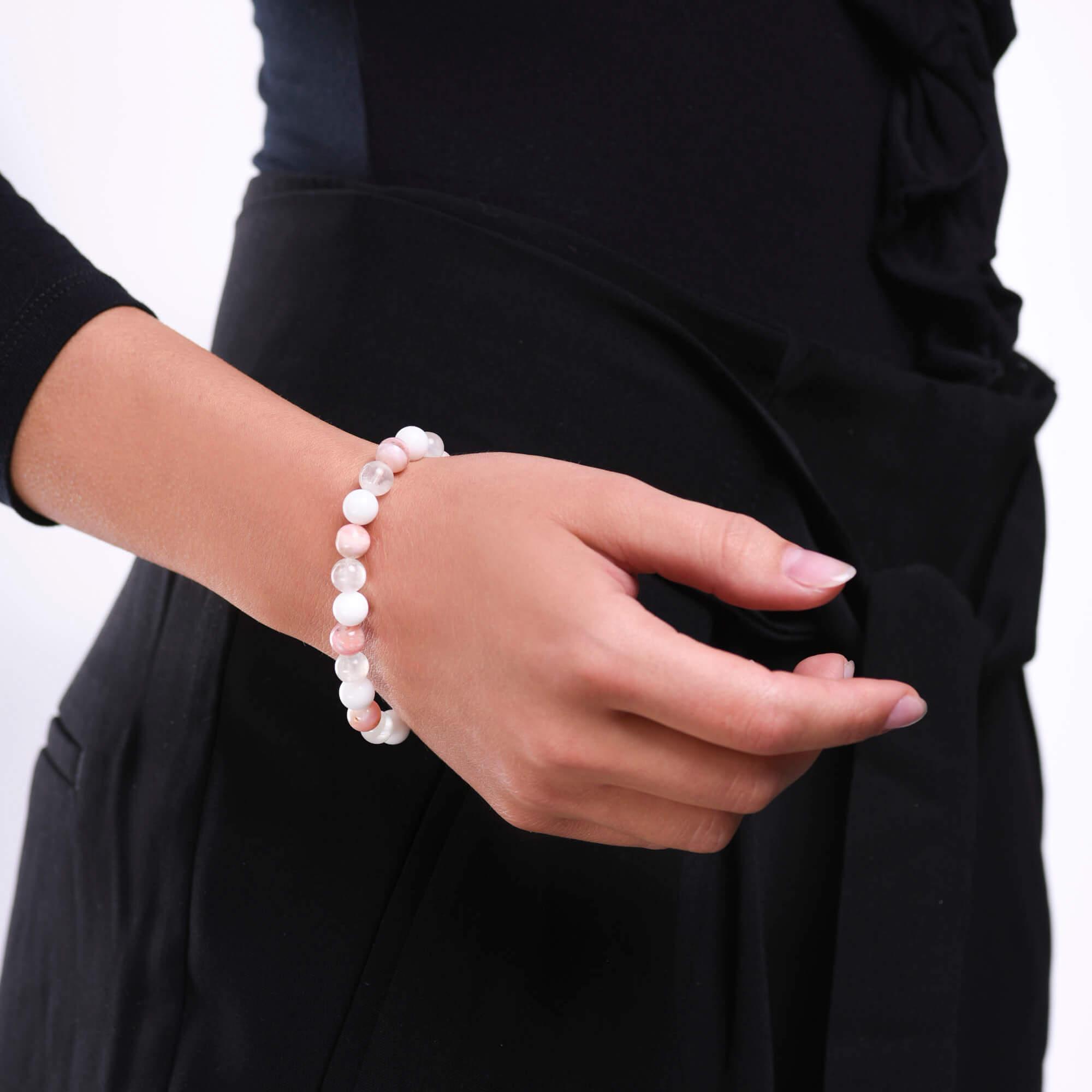 Damsky-koralkovy-naramek-mesicni-kamen-AAAAA-ruzovy-opal-bily-porcelan-bile-zlato-ruka.jpg