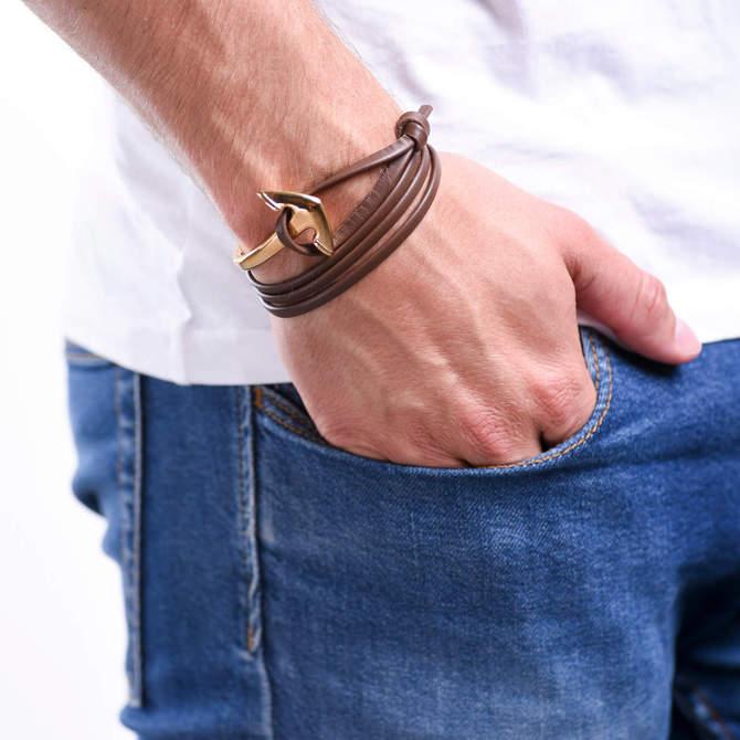 Naramek-s-kotvou-hnede-kozene-lanko-kotva-zlato-ruka.jpg