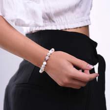 Damsky-koralkovy-naramek-bily-porcelan-shell-perly-fasetovany-kristal-mlecny-achat-bile-zlato-ruka.jpg