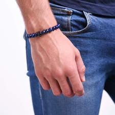 Pansky-koralkovy-naramek-modry-lapis-lazuli-lev-gun-metal-ruka.JPG